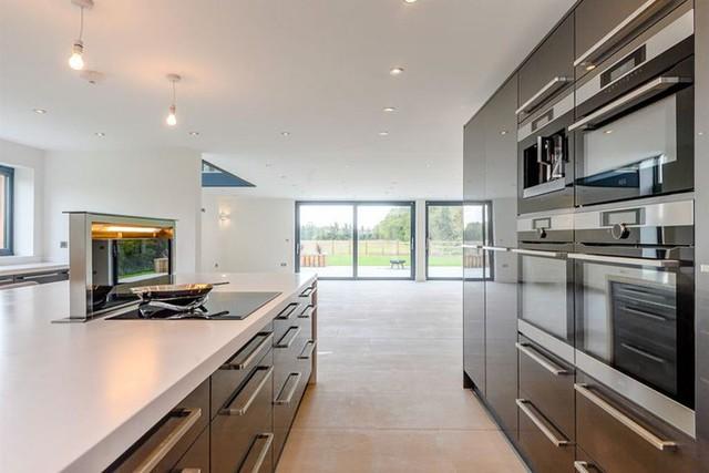 Ngôi nhà 2 tầng mang phong cách hiện đại với khu bếp đầy đủ trang thiết bị.
