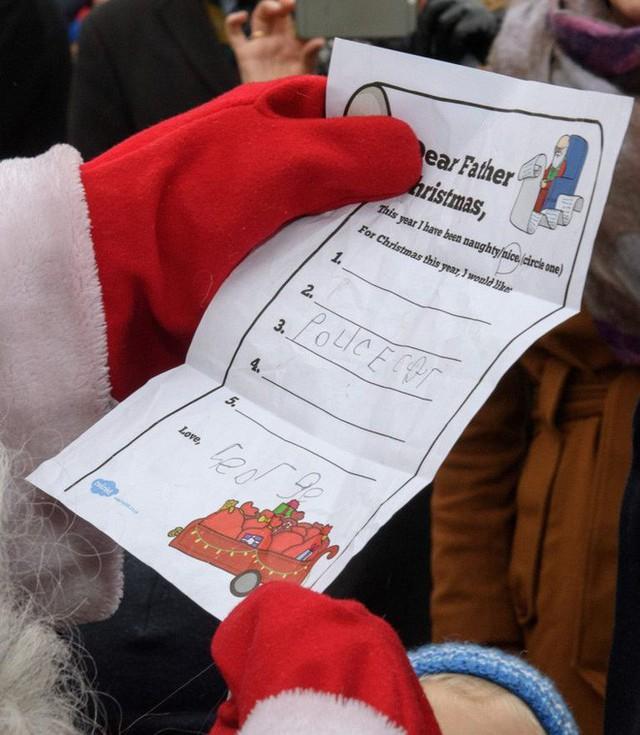 Hoàng tử George chỉ ao ước có một chiếc xe cảnh sát trong danh sách quà Giáng sinh.