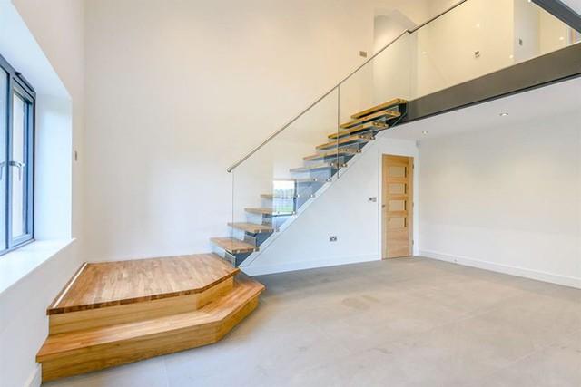 Tổng diện tích sử dụng là 370 m2. Hệ thống sưởi được lắp đặt dưới sàn.