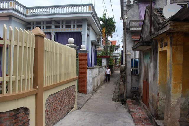 Con ngõ nhỏ dẫn vào ngôi nhà nơi đối tượng Tuân sinh sống tại thôn Cam Lộ, xã Tân Việt. Ảnh: Đ.Tùy