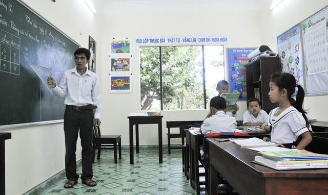 Thầy giáo và học sinh trong một tiết học trên đảo Trường Sa. Ảnh: Vĩnh Thành