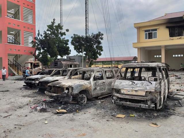 Nhiều ô tô bị người quá khích đốt cháy trong sân trụ sở Trạm cảnh sát PCCC của Công an tỉnh Bình Thuận (xã Phan Rí Thành, H.Bắc Bình)