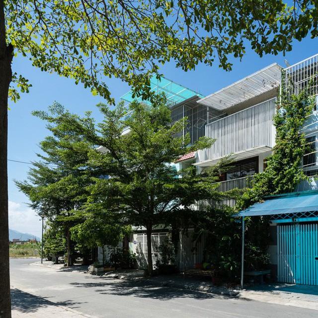 Ngôi nhà hạn chế được nhược điểm nắng nóng gay gắt của hướng Tây bằng cách sử dụng cây xanh