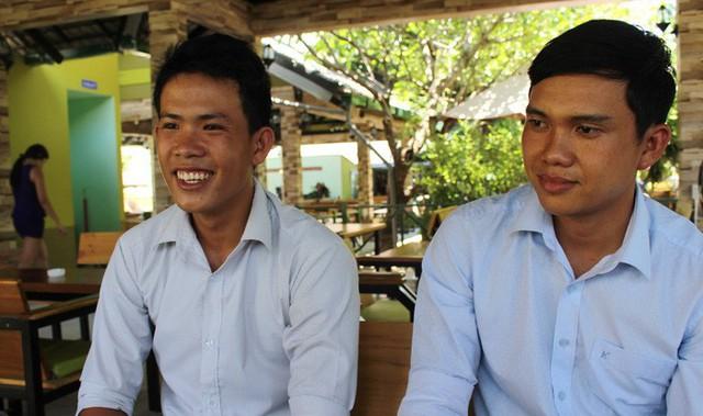 Thầy Nguyễn Công Qua (trái) và thầy Phạm Xuân Diệu - hai giáo viên trúng tuyển đi Trường Sa - Ảnh: THÁI THỊNH