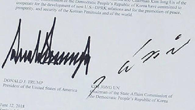 Cận cảnh chữ ký của ông Trump và ông Kim. Ảnh: Twitter