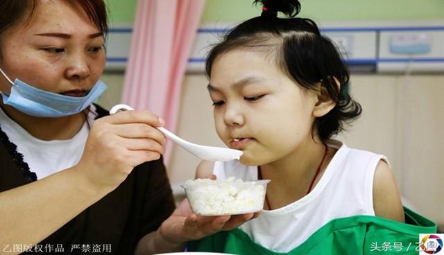 Mẹ em của em - cô Lưu Khánh Lệnh đã bán hết nhà cửa, vay mượn khắp nơi để trị bệnh cho em.