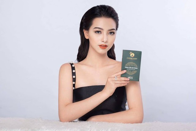 Hình ảnh CEO Nguyễn Nhật Anh cầm trà giảm cân CUONGANH
