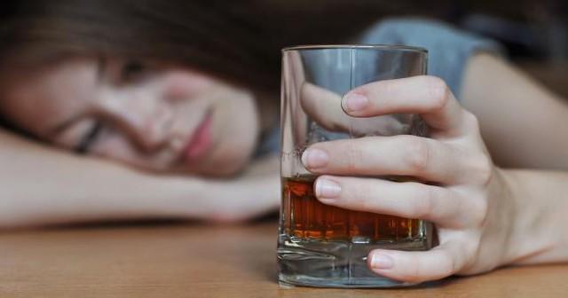 Tiêu thụ nhiều rượu (hơn 4 ly/ngày đối với nam giới và 2 ly/ngày đối với phụ nữ) là con đường ngắn nhất dẫn tới các bệnh về gan.