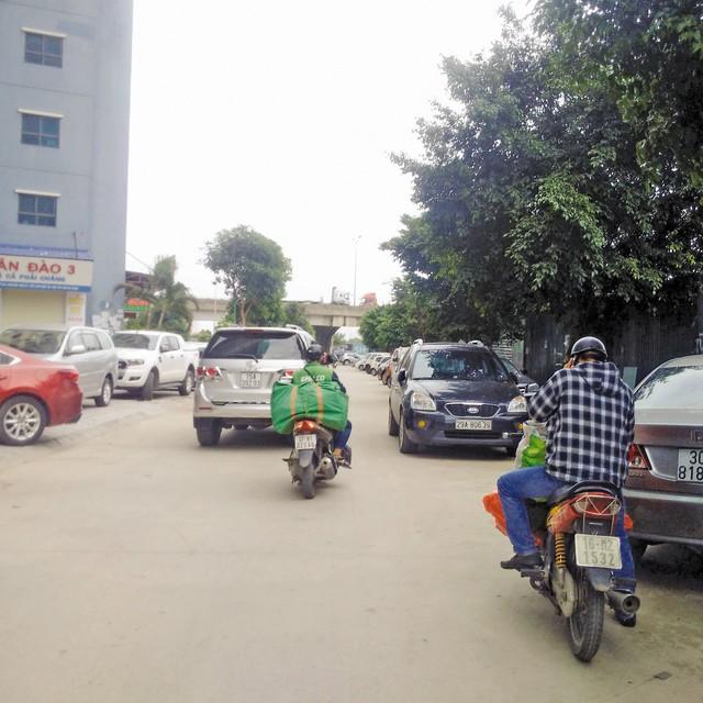 Bãi xe hoạt động trái phép trên khu đất CC6B bán đảo Linh Đàm. (ảnh chụp ngày 13/6). Ảnh: H.Phương