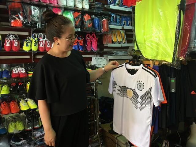 Bà Châu Hà - chủ cửa hàng quần áo thi đấu trên phố Trịnh Hoài Đức (Hà Nội) cho biết, nhờ World Cup, doanh thu của cửa hàng cao gấp hai, ba lần ngày thường.Ảnh: K.Oanh