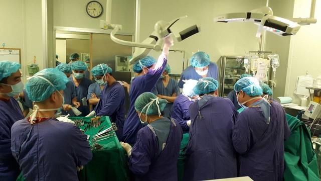 Trái tim bắt đầu được đưa vào lồng ngực bệnh nhân cần ghép tại bệnh viện Trung ương Huế. Các mạch máu lần lượt được nối. Sau hơn 2,5 giờ phẫu thuật cấy ghép, từng ánh mắt, nụ cười của đội ngũ y bác sĩ trong phòng mổ vỡ òa sung sướng, hạnh phúc bởi trái tim đã được đặt vào cơ thể bệnh nhân và bắt đầu đập trở lại trong lồng ngực. Ca phẫu thuật ghép tim hoàn toàn thành công và một sự sống mới được bắt đầu. Ảnh: Vietnam Airlines