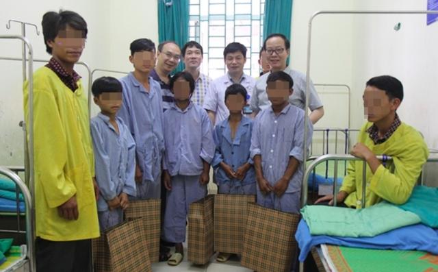 Đoàn công tác của BV Nhi Trung ương tặng quà cho các bệnh nhân
