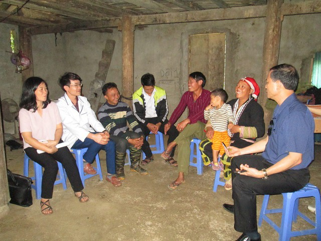 Đến thăm một gia đình người dân tộc Dao thực hiện tốt công tác dân số tại Tả Phìn (Sa Pa, Lào Cai). Ảnh: NT