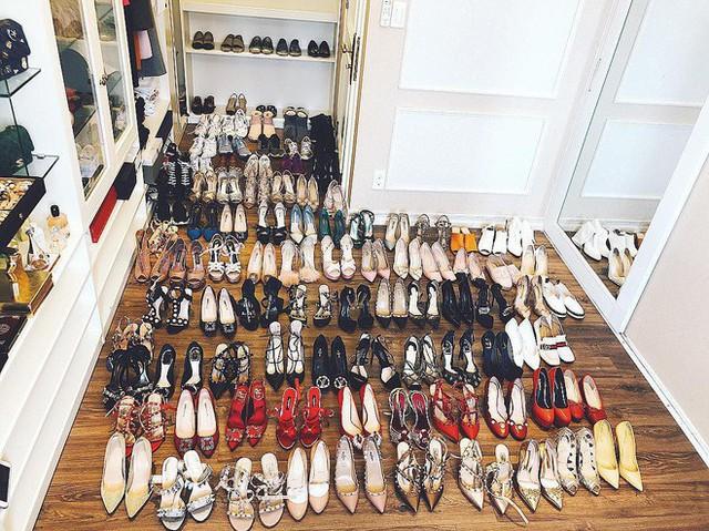 Giày của Phạm Hương đều đến các thương hiệu cao cấp như Valentino, Gucci, Manolo Blahnik, Christian Loubutin, Chanel... Có thể nói, cô đang sở hữu ước mơ của mọi cô gái.