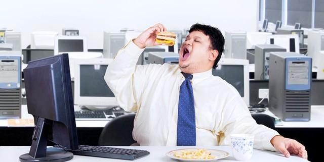 Việc ăn bữa trưa ở bàn làm việc không có lợi cho sức khỏe. Ảnh: Thirdforcenews.
