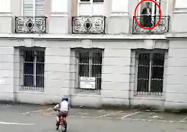 Mải ghi hình con trai, bà mẹ không hay biết có bóng người trên cửa sổ, cho đến khi về nhà xem lại. Ảnh: SWNS.