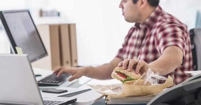 Vừa ăn vừa xem TV là một trong những thói quen ăn uống tác động xấu tới cân nặng của bạn. Ảnh minh họa