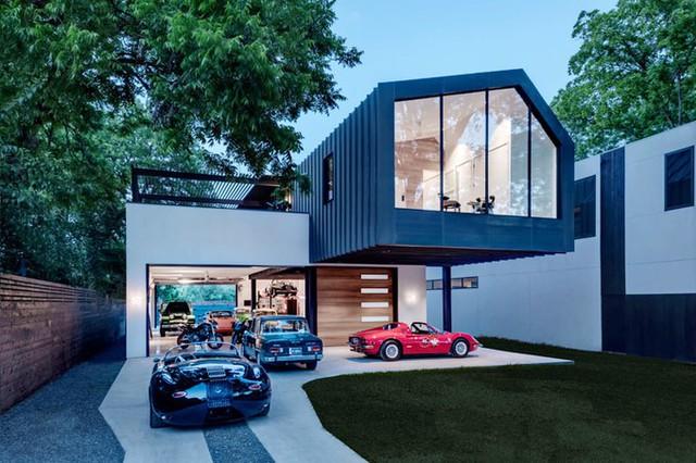 Chủ ngôi nhà hai tầng ở bang Texas (Mỹ) là một người đam mê những chiếc xế hộp. Khi lên kế hoạch xây nhà, ông đề nghị kiến trúc sư ưu tiên dành nhiều không gian đẹp cho bộ sưu tập xe.