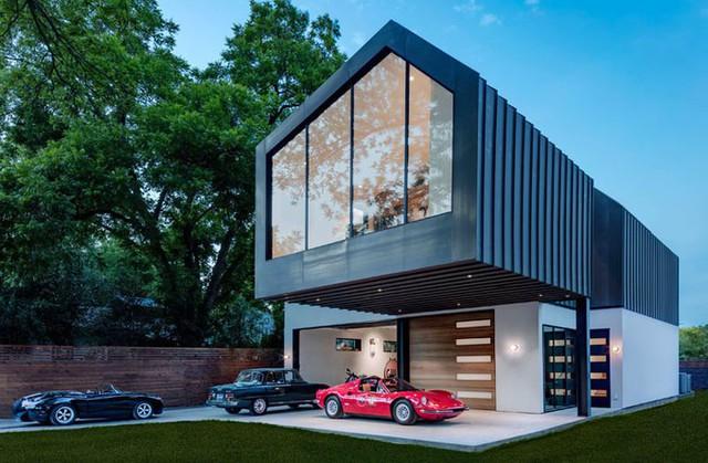 Tầng 2 được làm đua ra không chỉ gây ấn tượng về mặt kiến trúc mà còn tạo mái che khi gia chủ muốn đỗ xe ngoài sân.