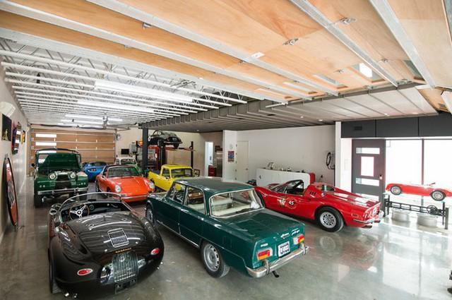 Bên trong tầng một trưng bày đủ loại ôtô. Có hai lối ở phía trước và sau nhà để xe có thể ra vào dễ dàng.