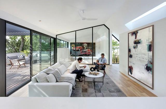 Không gian sinh hoạt của gia đình nằm trên tầng 2 với thiết kế đơn giản, hiện đại.