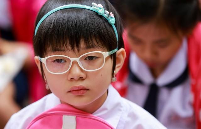 Nhiều bé tỏ ra lo lắng trước giờ làm bài khảo sát năng lực bằng tiếng Anh trong 90 phút.