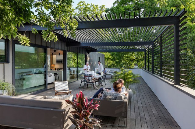 Gia đình bố trí bàn ăn, chỗ ngồi tiếp khách ngoài hiên rộng hơn cả khu sinh hoạt chung trong nhà.