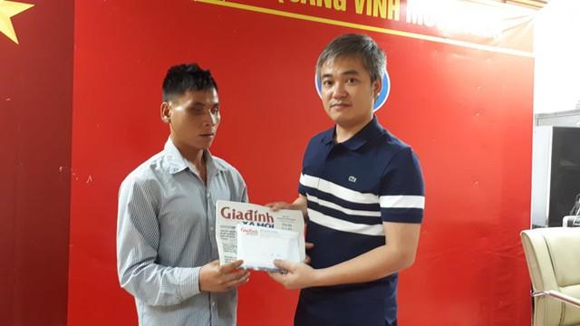 Ông Trần Tuấn Linh – Phó Tổng biên tập Báo Gia đình và Xã hội trao tiền cho bố bé Nhâm. Ảnh PT