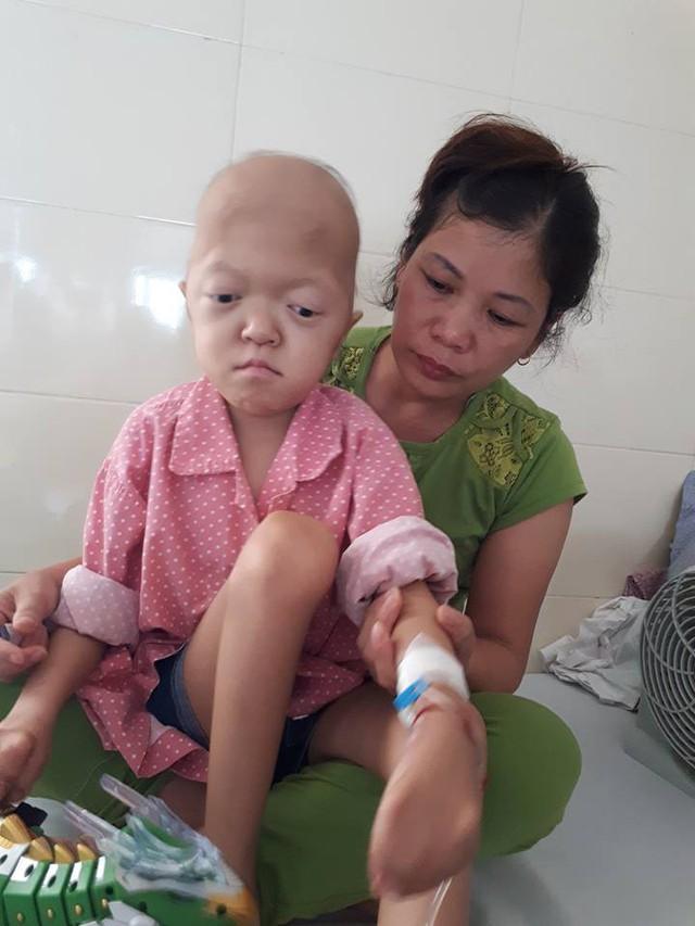 Bé Cúc sinh ra đã dị dạng chân tay giờ lại mắc thêm bệnh ung thư.