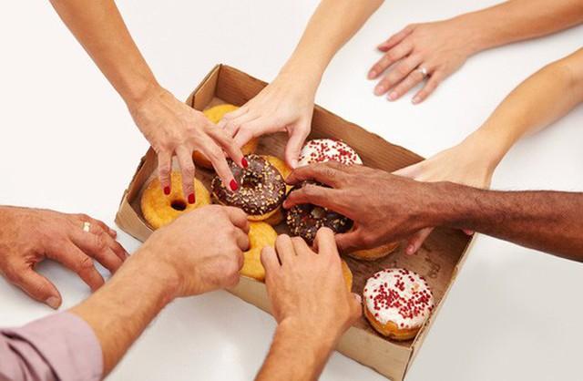 Những bữa ăn nhẹ vui vẻ tại văn phòng có thể là thủ phạm khiến bạn tăng cân - ảnh: HEALTH ENEWS