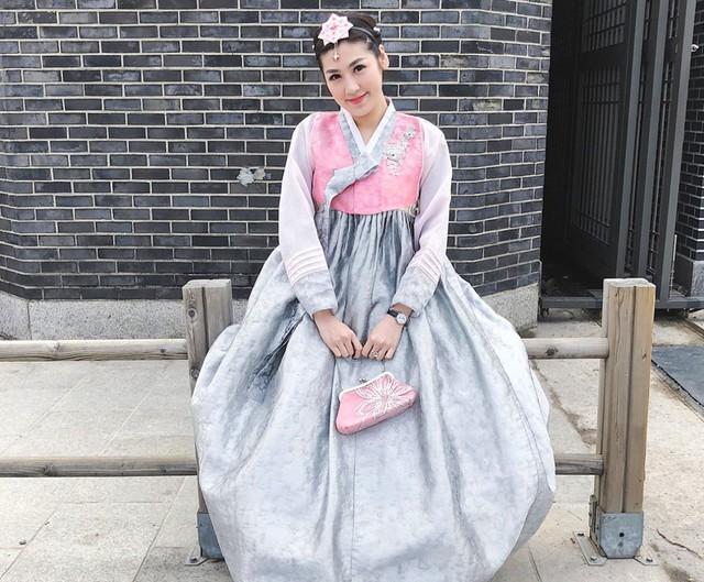 Không chỉ khám phá các địa điểm mới, Tú Anh còn rất hào hứng trong các bộ trang phục truyền thống của những nơi cô ghé qua. Khoảnh khắc xinh đẹp trong bộ hanbok truyền thống của người Hàn Quốc, được chụp trong chuyến đi gần nhất của cô vào tháng 3 năm nay, đúng dịp Quốc tế Phụ nữ, thu hút nhiều lượt like và chia sẻ trên Instagram Á hậu. Cô tự ví mình như công chúa dạo chơi trong cung điện.