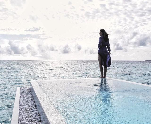 Khoảnh khắc tuyệt đẹp của Tú Anh trong chuyến du lịch tại Maldives tháng 11/2016, khu nghỉ dưỡng nổi tiếng hàng đầu thế giới với những resort sang trọng bậc nhất, khí hậu trong lành, bãi biển trải dài tuyệt đẹp. Maldives cũng là địa điểm thích hợp nhất cho các cặp đôi đi nghỉ tuần trăng mật trên thế giới.