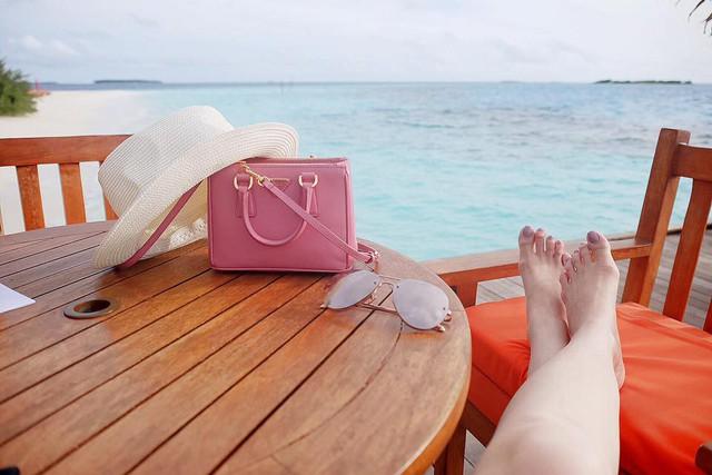 Một chiếc túi màu hồng nhỏ xíu từ thương hiệu Prada của Tú Anh cũng có giá lên tới gần 20 triệu đồng