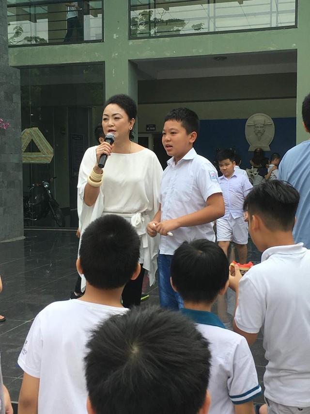 Bà Văn Thùy Dương chia sẻ với phụ huynh và học sinh