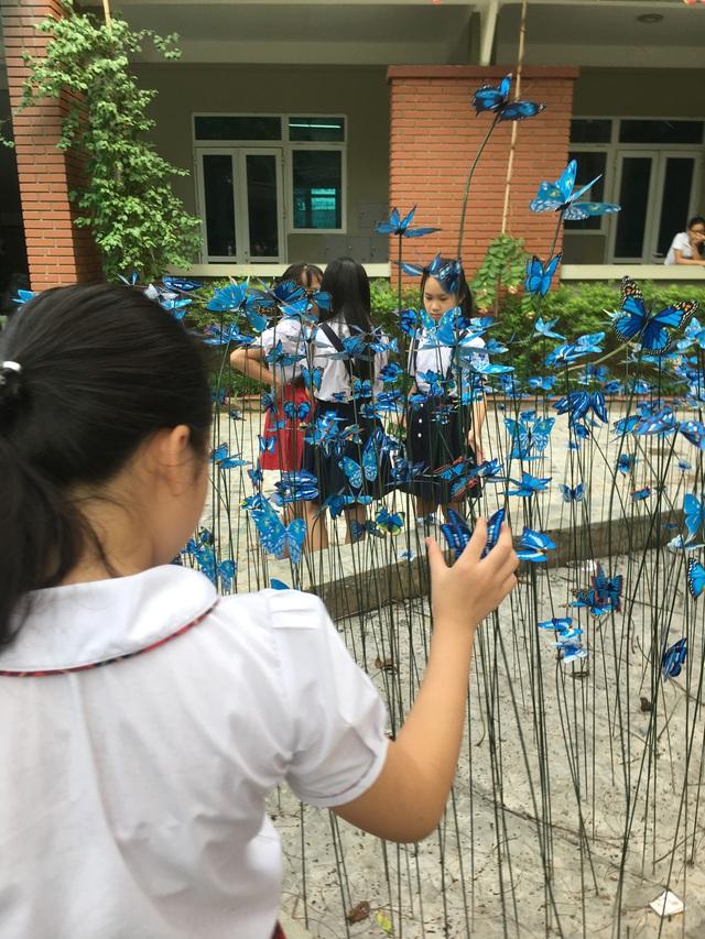 Một cô học trò say sưa với cánh bướm tuổi thơ