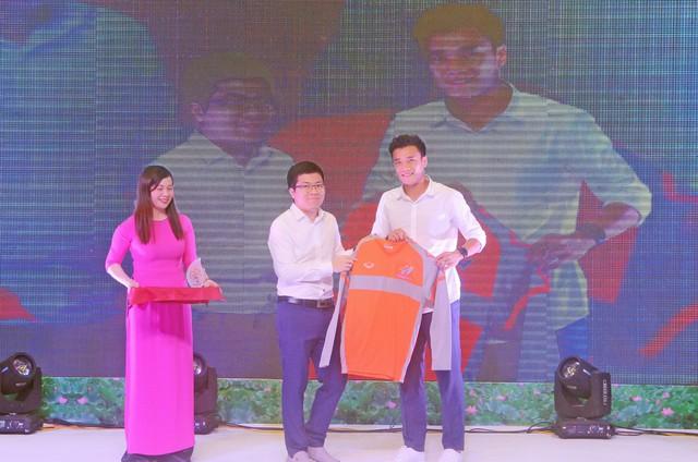 Ông Trần Thanh Minh – Chủ tịch HĐQT Công ty Cổ phần Dược – Vật tư Y tế Thanh Hóa trao cúp và quà lưu niệm cho đại sứ thương hiệu của nhãn hàng Biofill - thủ môn Bùi Tiến Dũng.