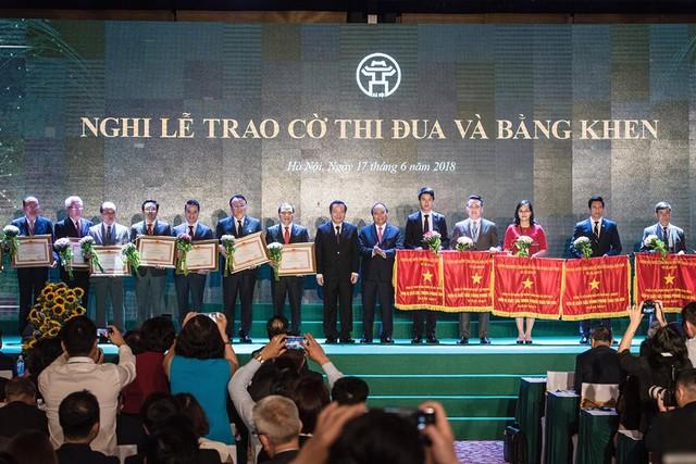 Đại diện BVĐK MEDLATEC - TGĐ Nguyễn Trí Anh nhận Cờ thi đua do Thủ tướng Chính phủ Nguyễn Xuân Phúc trao tặng.