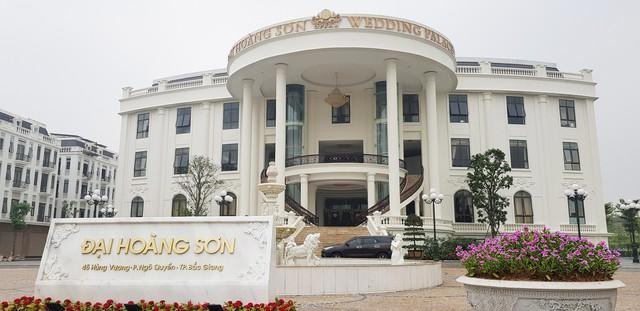 Trung tâm tiệc cưới của Công ty CP Đại Hoàng Sơn nằm đúng vị trí đất vàng siêu đẹp nơi Nhà khách tỉnh Bắc Giang tọa lạc khi xưa (ảnh chụp ngày 16/6/2018)