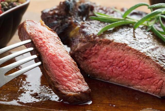 Nước màu đỏ tiết ra từ thịt bò bít tết không phải là máu đâu bạn nhé. (Ảnh: Internet)