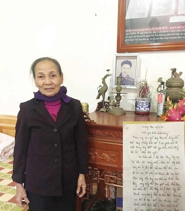Bà Xơ bên bàn thờ của chồng. Lá thư của liệt sỹ Lê Văn Huỳnh được đặt trang trọng trong ngôi nhà (ảnh nhỏ).    Ảnh: Đức Tùy