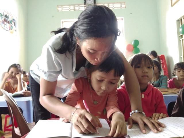 Cô H'Blao tận tình chỉ dạy cho các em.