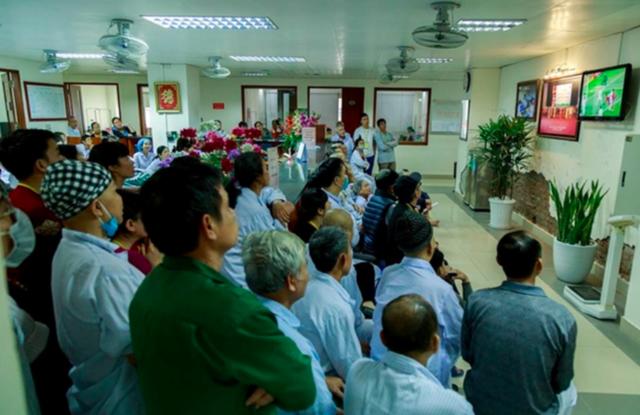 Bệnh nhân xem bóng đá tại Viện Huyết học – Truyền máu Trung ương. Ảnh: PV