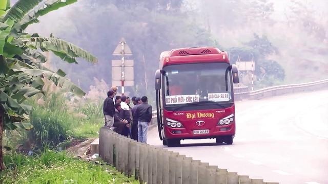 Xe khách dừng đón trả khách trái quy định trên cao tốc Nội Bài – Lào Cai, tiềm ẩn nguy cơ tai nạn giao thông. Ảnh: Nhật Tân