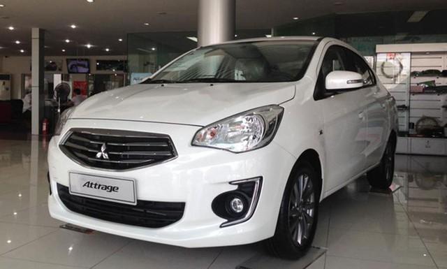 Mitsubishi Attrage là một trong những mẫu xe ô tô tích cực giảm giá nhất tại Việt Nam hiện nay.    Động thái của việc giảm giá lần này cho Mitsubishi Attrage nhằm cạnh tranh với 2 đối thủ mạnh trong phân khúc xe hạng B là Toyota Vios và Honda City. Sau nhiều lần điều chỉnh giá, hiện Mitsubishi Attrage rẻ hơn 2 đối thủ khá nhiều. Giá xe Toyota Vios 2018 đang ở mức 513 - 586 triệu đồng cho 4 phiên bản, còn Honda City có giá dao động từ 559 - 599 triệu đồng.  Một mẫu xe khác của Mitsubishi cũng được giảm giá mạnh trong tháng 6 này là Mitsubishi Mirage. Mẫu xe này tiếp tục được điều chỉnh giảm giá 25 triệu đồng, kéo giá xe cho cả 4 phiên bản xuống từ 345-475 triệu đồng.  Cụ thể, Mitsubishi Mirage bản MT Eco giá 345 triệu đồng, bản CVT giá 475 triệu đồng, bản MT là 395 triệu đồng và CTV Eco là 435 triệu đồng.     Nissan Teana tiếp tục được duy trì mức giảm giá khủng.      Tuy nhiên, mẫu ô tô được giảm giá nhiều nhất trong tháng 6 này là mẫu sedan cỡ trung cao cấp Teana của hãng Nissan . Mẫu xe này tiếp tục được duy trì mức giảm giá bán lên tới 104 triệu đồng như các tháng trước, đẩy giá bán lẻ của xe từ mức 1,299 tỷ đồng xuống còn 1,195 tỷ đồng (áp dụng cho cả 2 phiên bản Teana 2016 và 2017). Mức giá này ngang ngửa với các đối thủ cùng phân khúc sedan hạng D.  Cùng trong xu hướng giảm giá phải kể tới những dòng xe của Chervolet. Trong tháng 6 này, hãng xe Mỹ đồng loạt áp dụng giảm giá cho nhiều mẫu xe như: Chevrolet Spark Duo LS giảm 30 triệu đồng, Spark LT giảm 25 triệu đồng, Spark LS được giảm hơn 40 triệu đồng; mẫu Aveo LT, LTZ được giảm 60 triệu đồng; mẫu Cruze LT, LTZ được giảm 50 triệu đồng; mẫu Captiva LTZ được giảm 40 triệu đồng; mẫu bán tải Chevrolet Colorado được giảm từ 30-50 triệu đồng tuỳ phiên bản.  Trong khi đó, cả ba phiên bản của mẫu SUV bảy chỗ Trailblazer vẫn duy trì mức giảm giá tương tự như tháng 5 vừa qua. Cụ thể, Chevrolet Trailblazer vẫn được giảm giá khá nhiều từ 30 - 80 triệu đồng tuỳ từng phiên bản.  Không chịu thua kém, nhiều mẫu xe ô tô mang 