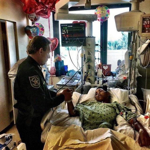 Nam sinh Anthony Borges 15 tuổi không ngại nguy hiểm xả thân hứng 5 phát súng cứu sống 20 bạn học trong vụ xả súng vào tháng 2/2018 vừa qua.