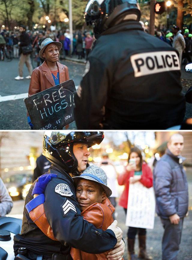 Tình người vẫn hiện hữu ngay giữa cuộc biểu tình căng thẳng, giữa một cậu bé 12 tuổi và viên cảnh sát.