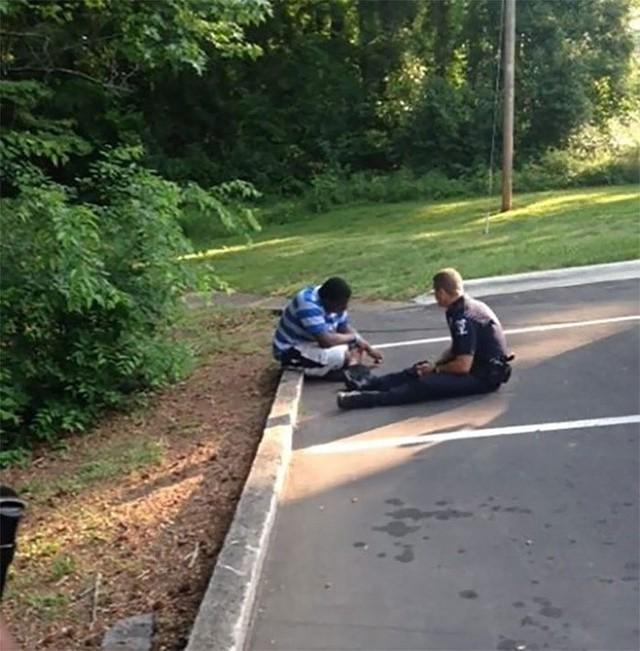 Viên cảnh sát trò chuyện và động viên một thanh niên bị tự kỷ đang có ý định tự sát.