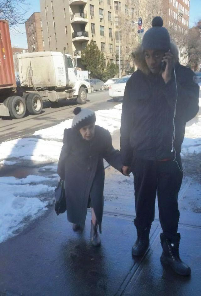 """""""Có lần vì sợ trượt ngã trên con đường tuyết trơn, cụ bà đã đến nhờ tôi đưa về nhà giúp. Từ đó, chúng tôi trở thành những người bạn thân thiết của nhau và ngày nào tôi cũng đưa bà về đến tận nhà""""."""