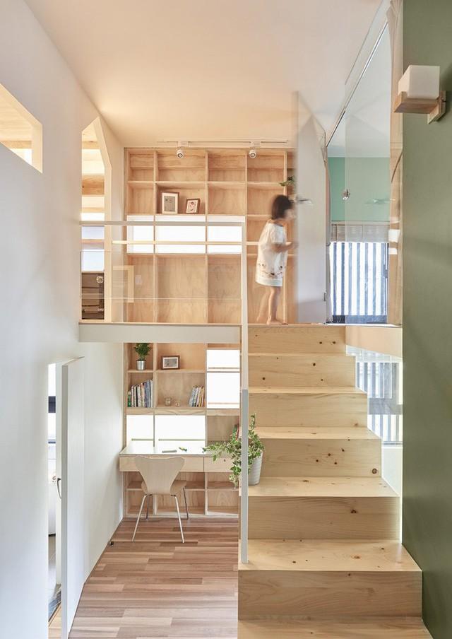 Cầu thang kết hợp lối đi bộ nối giữa phòng ngủ và phòng thay đồ.