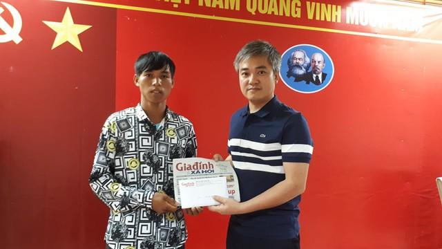 Ông Trần Tuấn Linh – Phó Tổng Biên tập Báo Gia đình và Xã hội đã trao số tiền trên cho gia đình bé Phượng. Ảnh PT